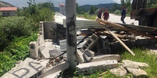 IKMT në aksin Qafë Thane-Korçë, duke prishur dhjetëra objekte që rezultonin të rrezikshme jo vetëm për qarkullimin e mjeteve, por edhe jetën e qytetarëve... 28.05.2019